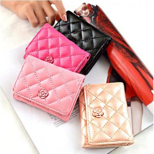 Փոքրիկ կանացի դրամապանակ է Chanel-ի ոճով